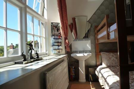 Art Deco Room at The Old School Hostel - Trefin - Bed & Breakfast