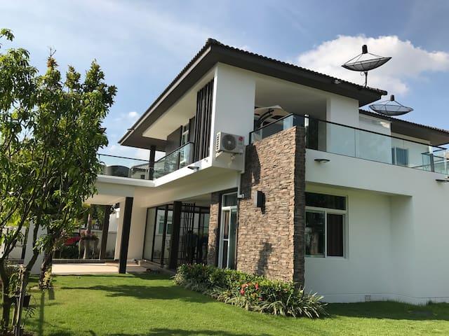 日出日落水云间,湖畔居家美别墅。舒适三居住6人,双厨房,家具齐全大庭院。 - ChiangMai - Villa