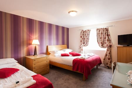 1 triple bedrooms with breakfast - Caerleon - อื่น ๆ
