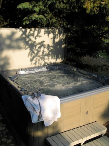 Hot Tub for 7 Guests