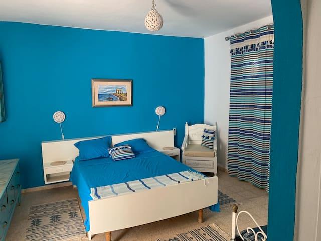 La chambre bleu avec salle de bain privée.