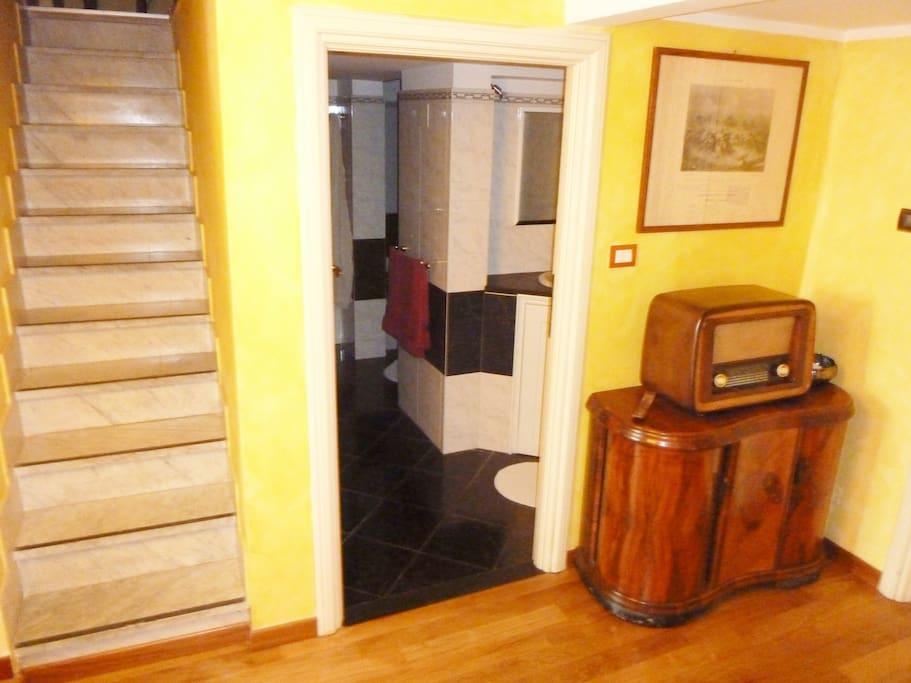 Scale interne per una delle  camere matrimoniali, bagno e lavanderia