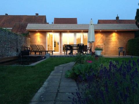 Familieværelse, eget badeværelse og have i nærheden af landsbyens centrum
