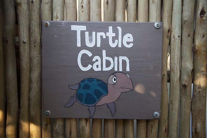 Turtle Single Room Cosy Cabin - 1 min to beach!