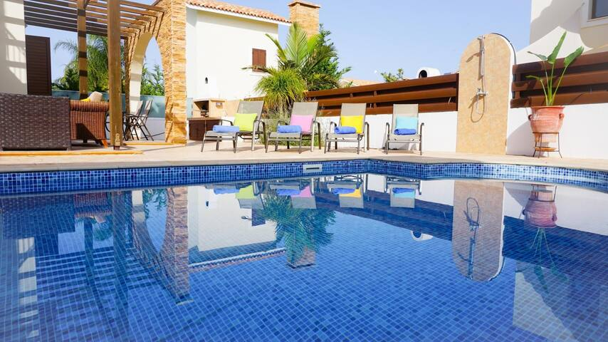 Villa Poseidon - Modern Villa in Exclusive Development with Large Pool, BBQ, WIFI and UK Channels