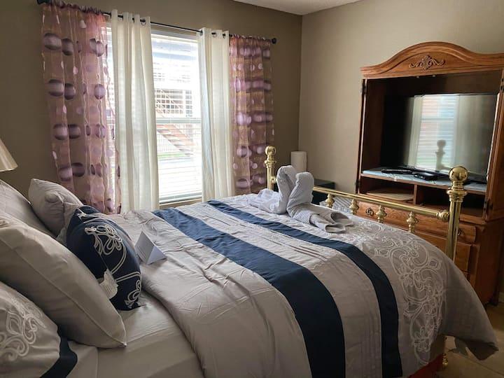 Cozy Private room with private bath.