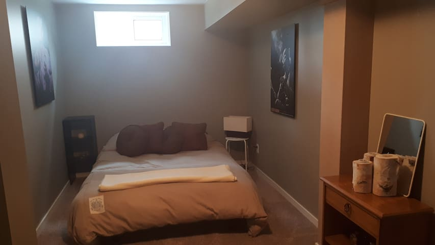 Cozy bedroom close to downtown and the Exchange!