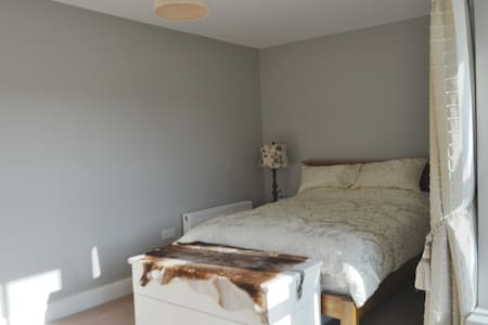 En suite Secure Parking 6 Min to Shannon Airport