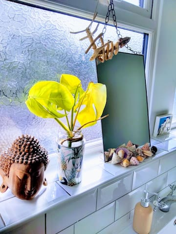 bathroom : some sea shells and other decorative things