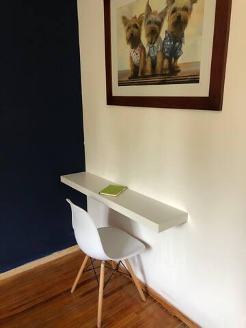 Un pequeño espacio para trabajar dentro de la habitación