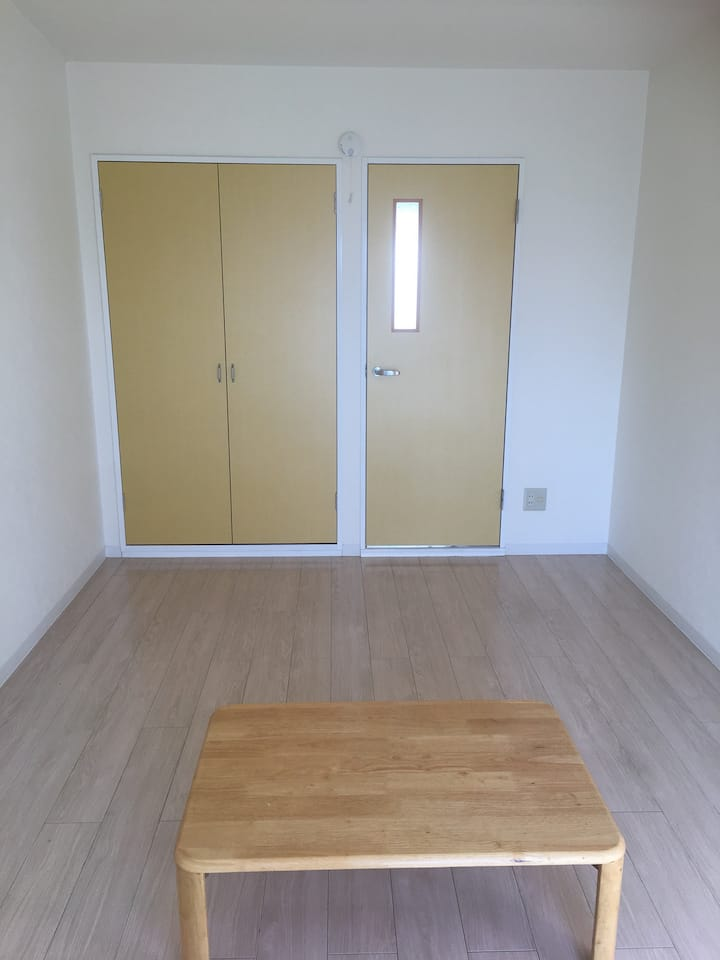 三島駅から徒歩7分  月貸し。 2名可能Wi-Fi接続、明るい部屋です。