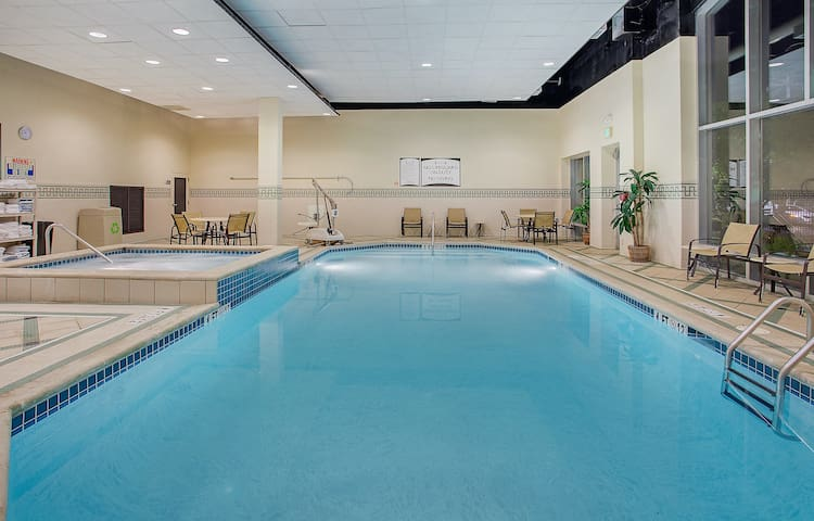 Studio in Downtown Chattanooga   Free Breakfast, Pool + Hot Tub Access