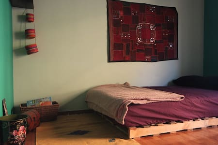 Cozy private room in a two floor appartment - Athina - Wohnung