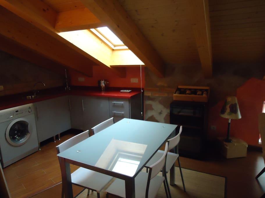 Un lugar para trabajar, luz del día, lavadora, frigorifico.........
