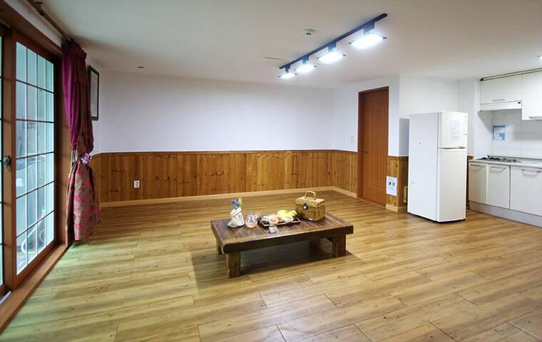 큰 창으로 보이는 외부전경이 내추럴한 인테리어와 어울리는 에델바이스,1층(원룸)객실