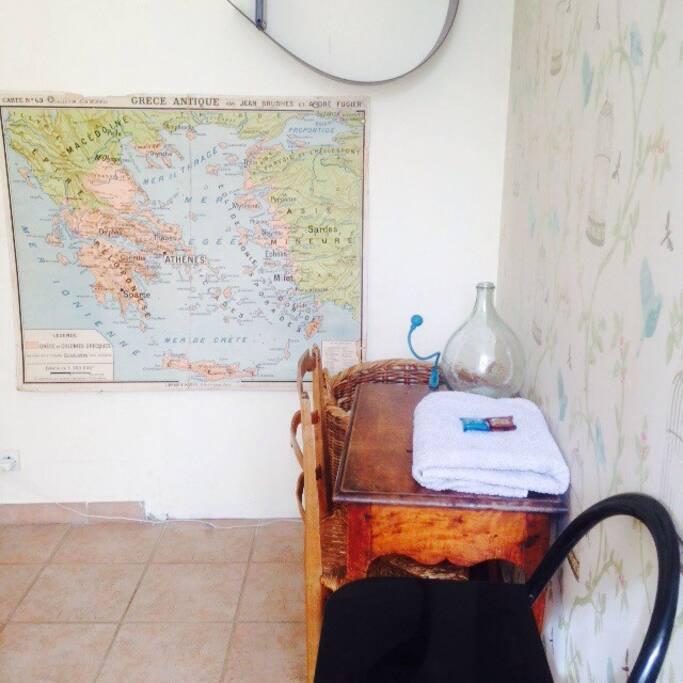 Petit bureau en bois / Serviette propre avec savons de Marseille