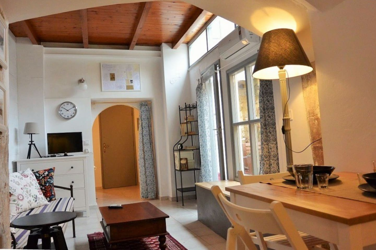 A charming apartment, just renovated and tastefully decorated. Centrally located but yet secluded in a small street.