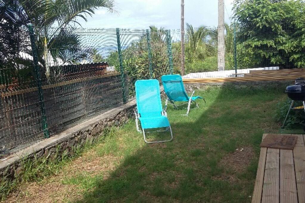 Jardin avec vue sur mer et barbecue
