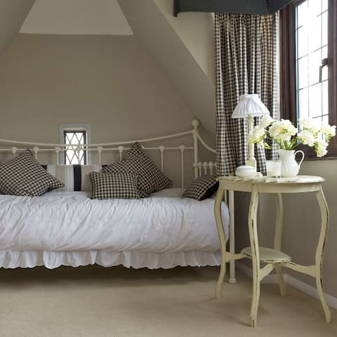 ULTRA COMFY DAY BED IN LIGHT & BRIGHT PRIVATE ROOM