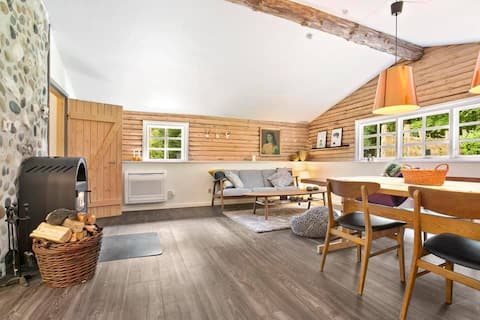 Ειδυλλιακή εξοχική κατοικία κοντά σε λίμνη κολύμβησης και θέρετρο γκολφ.