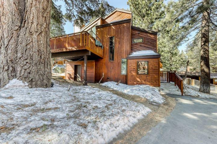 Updated townhome w/ full kitchen & shared amenities - views of Sherwin Mountain