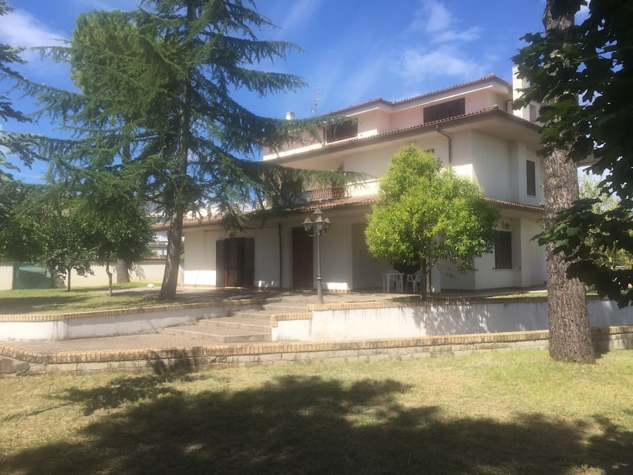 House in italia in the camp houses for rent in pescara for Rent a home in italy