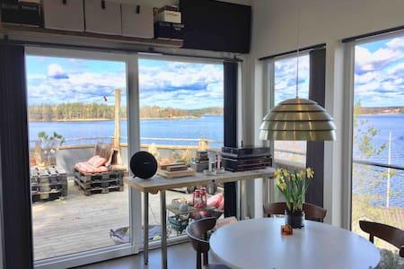 Liten stuga på en höjd, vid sjön Drevviken