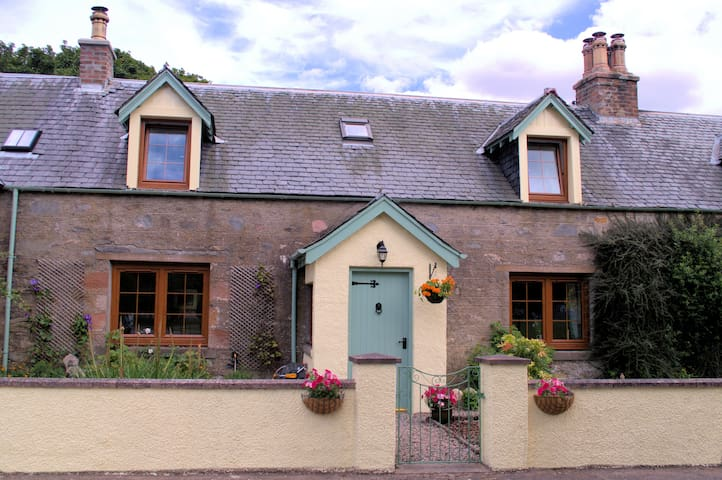 Rosemount Cottage- Highland cottage