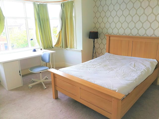 *Available* Bright spacious double room in Preston