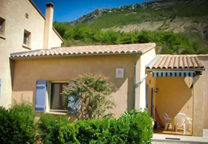 House with 2 bedrooms in La Roche-sur-le-Buis, with wonderful mountain view, shared pool, furnished garden