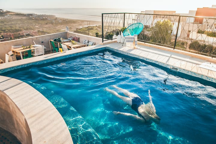 Riad contemporain avec piscine et vue sur mer