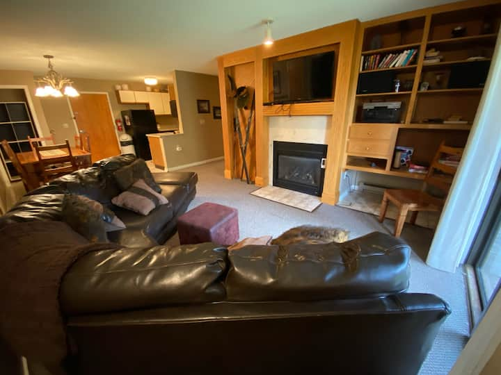 Ski-in/Ski Out 3 Bed, 2 Bath Condo Holiday Valley