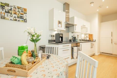 Central Bedford: two bedrooms, breakfast basket