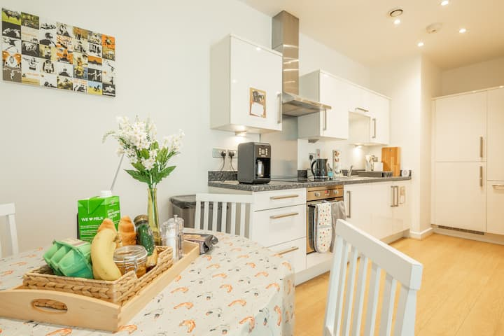 Central Bedford: two bedrooms, breakfast basket