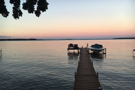 Madison Lake Side Retreat Centrally located - Middleton