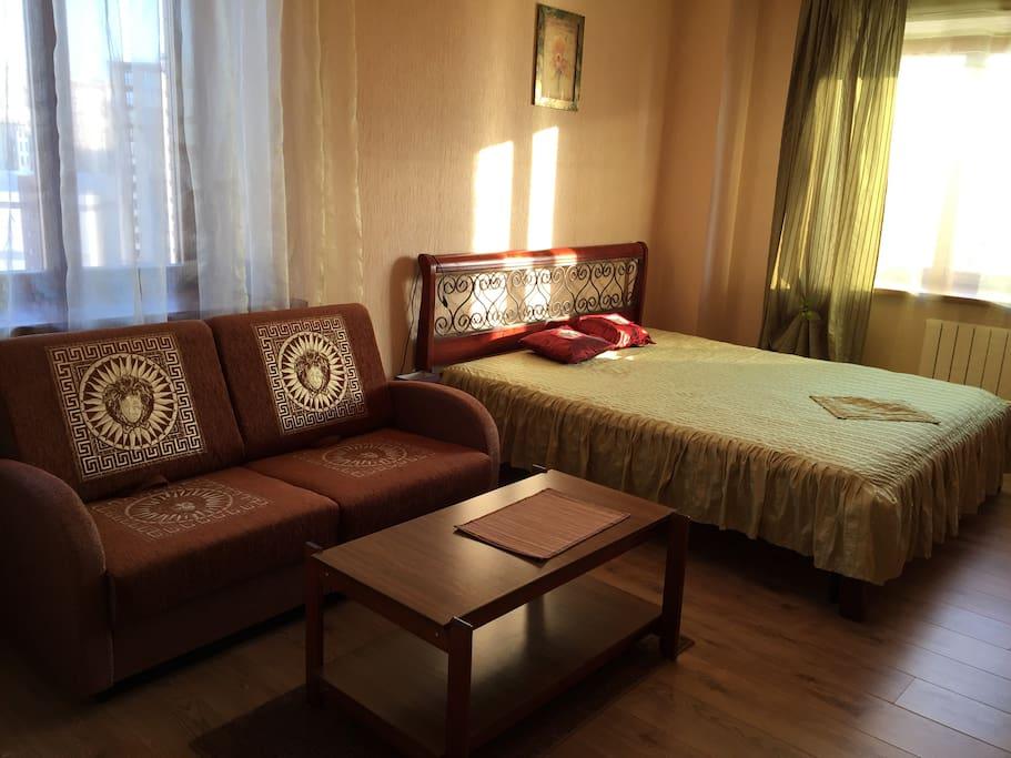 Большая кровать из красного дерева с хорошим матрацем 180*200, диван-кровать еще для 2-х человек