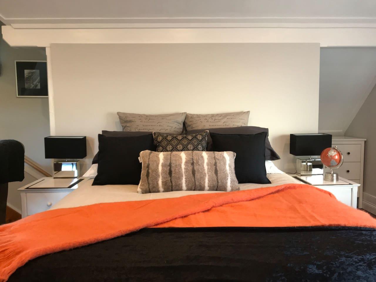 1  Queen size bed.