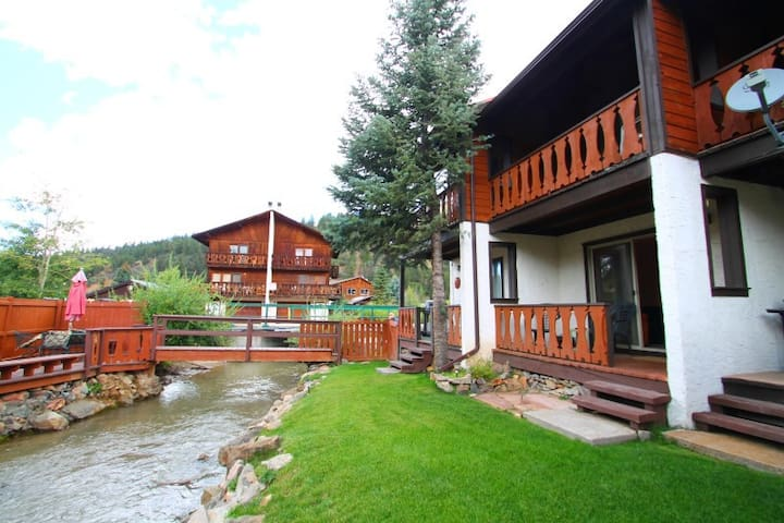 Telemark Townhouse #4 - On the River, In Town, King Bed, WiFi, Satellite TV - Red River - Haus
