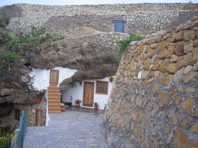 Cave house on private estate, spectacular views. - Fasnia - House
