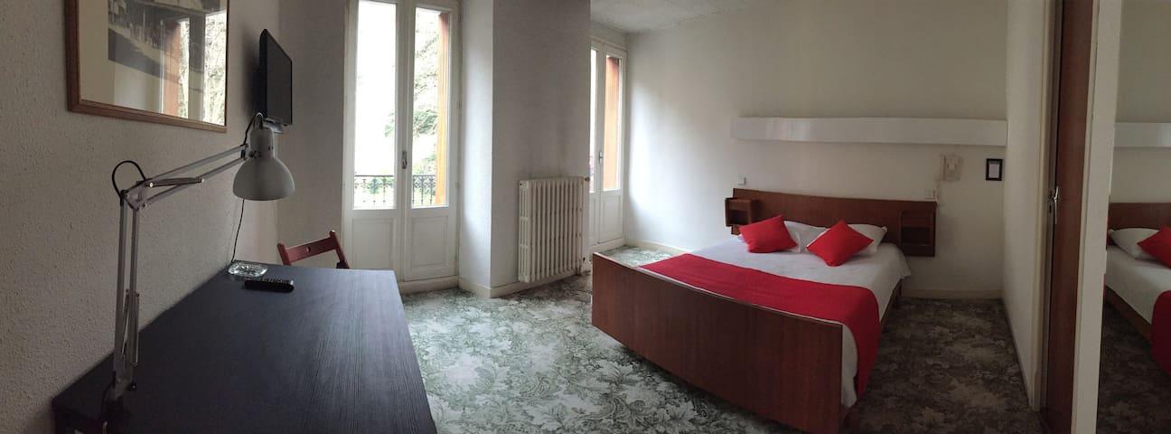 Chambre double avec vue sur les Pyrénées - Bagnères-de-Luchon - ที่พักพร้อมอาหารเช้า