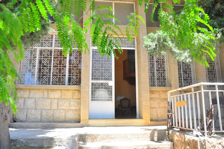 Vibes Guest House @ beit em george