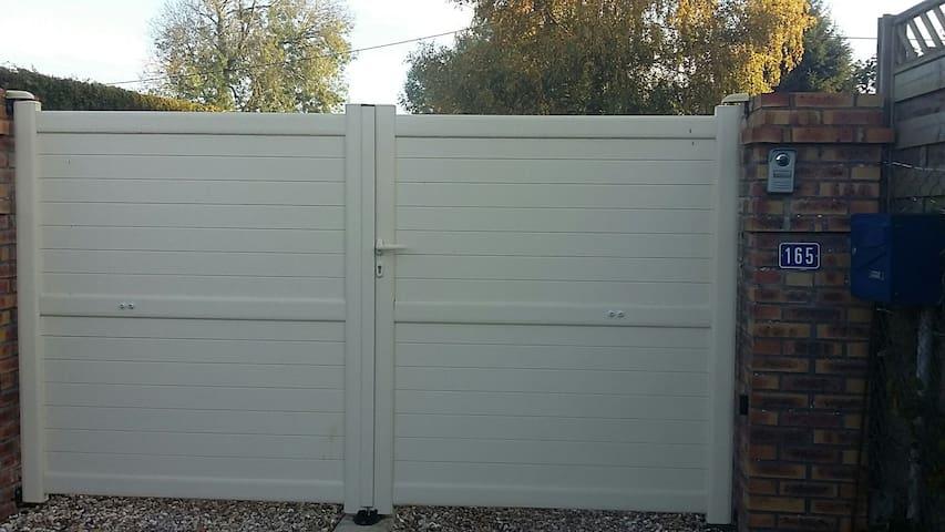 entrée portail fermé/ entrance gate closed