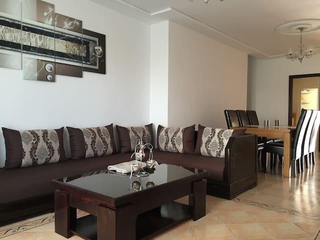 Le salon oriental climatisé où vous pourrez partager des moments en famille ou entre amis, regarder la télé...