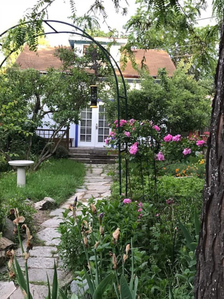 Private Garden Cottage w Sauna in RR District