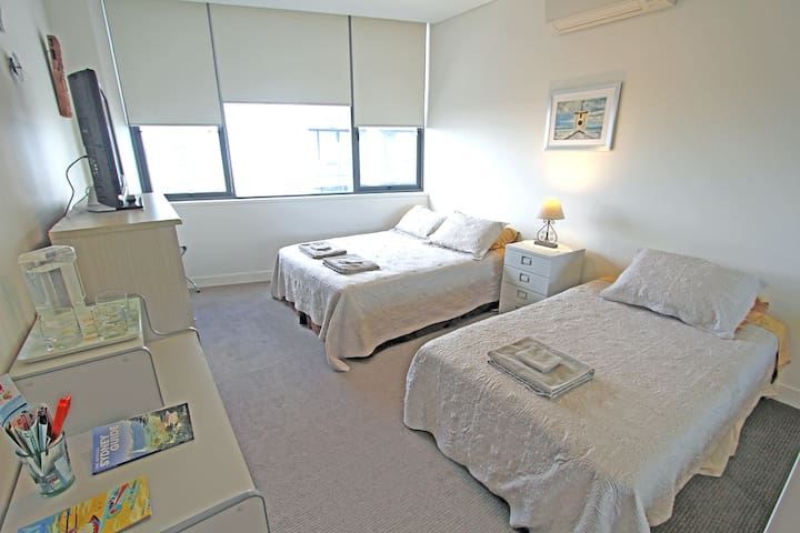 Close to Airport and CBD with Secure Parking - Mascot - Apartment