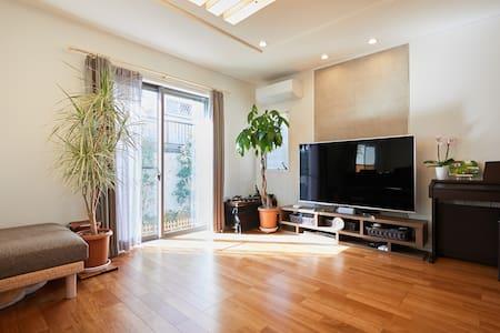 二階建の一軒家、都内で中々ない広い空間でゆったりと過ごせるおしゃれなお部屋です。無料駐車場付き。