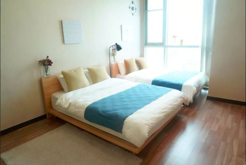 2 Queen size beds on the Lower floor