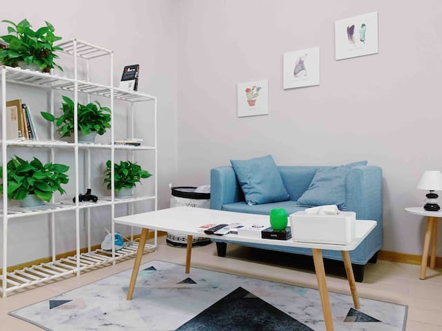 北欧风极简温馨公寓,生活便利,让你回到三乡的家。直达珠海的小镇民宿,自助入住保障隐私