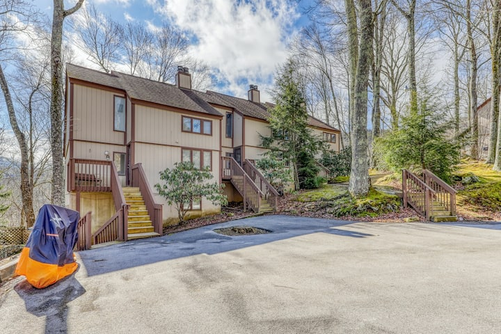 Newly renovated condo w/easy access to ski lodge & private patio