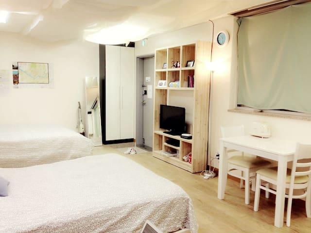 A clean & spacious room 1 :) seoul station 3min.